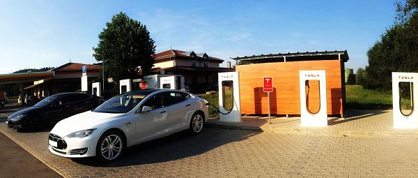 Tesla 3 e Tesla S in ricarica: il supercharger